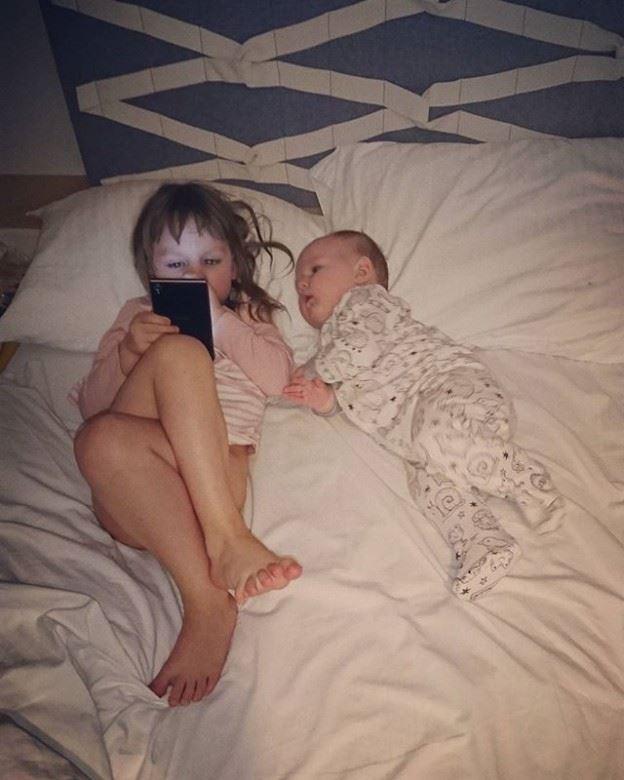Pildil Mari Estonia Spa voodis puslet kokku panemas, Lende tahtis ka näha, mis õde teeb. Hehe.