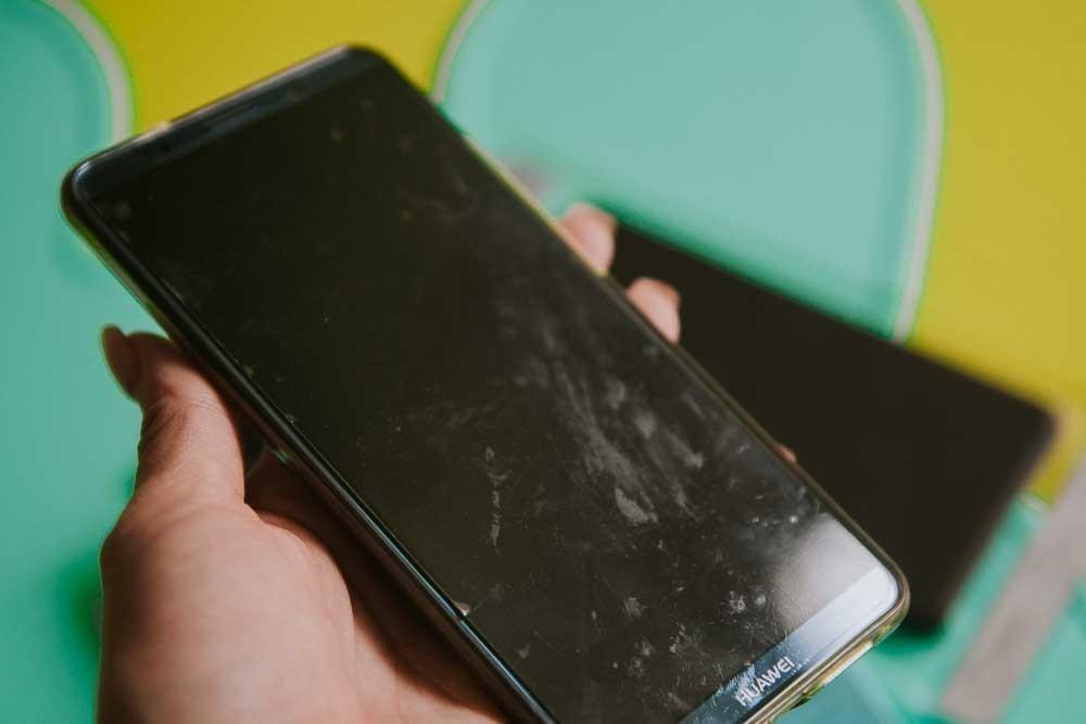 24ef88def36 Ekraan ei saa ka väga must olla, sest kleeps on peal, säästab  puhastusvaeva. Aga kleeps ise on küll väga must. Sain just telefoni enne  pildi tegemist Lende ...